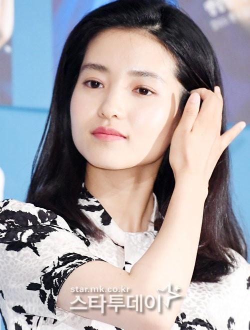 "Lee Byung Hun dien trai ben canh ""nang hau dong tinh' Kim Tae Ri hinh anh 3"