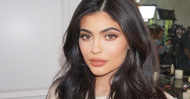 Kylie Jenner rut het filler ra khoi moi, tro ve hinh dang moi cu hinh anh 2