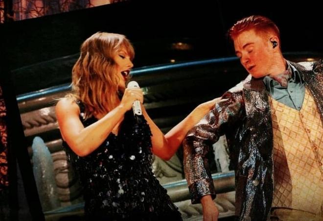 Taylor Swift bi vu cong ngang chan, truot nga tren san khau hinh anh 2