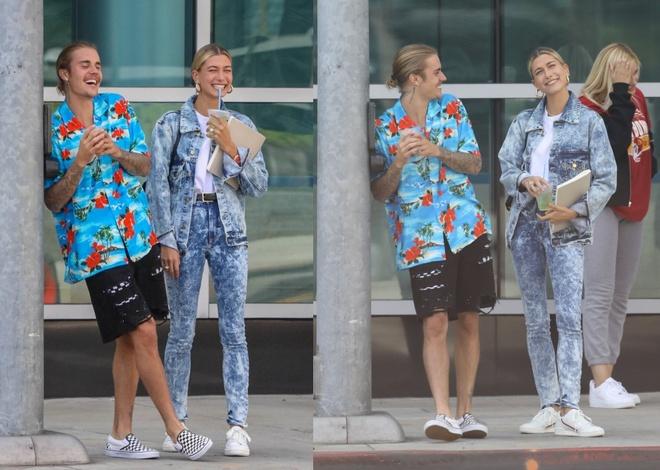 Justin Bieber va Hailey Baldwin nam tay, cuoi noi tren duong pho hinh anh