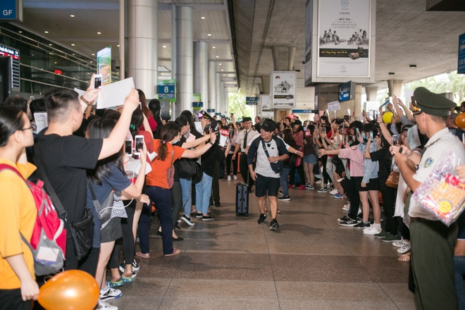 Dara (2NE1) tre trung bat ngo o tuoi 33, quay phim fan Viet o san bay hinh anh 1