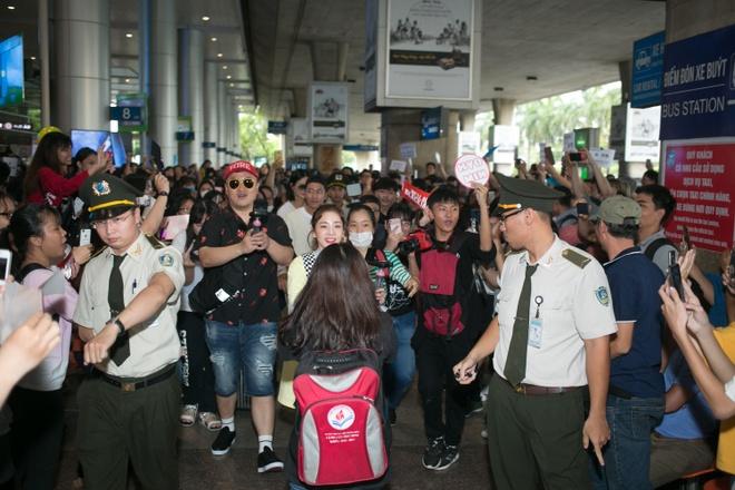 Dara (2NE1) tre trung bat ngo o tuoi 33, quay phim fan Viet o san bay hinh anh 2