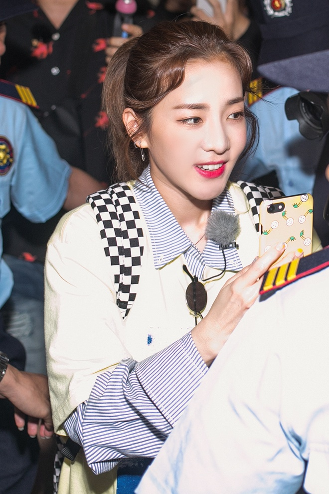 Dara (2NE1) tre trung bat ngo o tuoi 33, quay phim fan Viet o san bay hinh anh 6