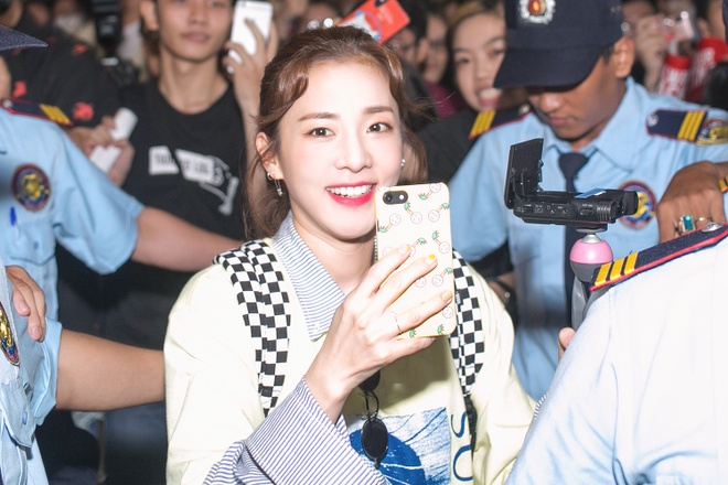 Dara (2NE1) tre trung bat ngo o tuoi 33, quay phim fan Viet o san bay hinh anh 4