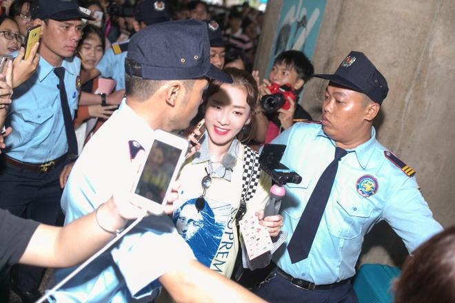 Dara (2NE1) tre trung bat ngo o tuoi 33, quay phim fan Viet o san bay hinh anh 3