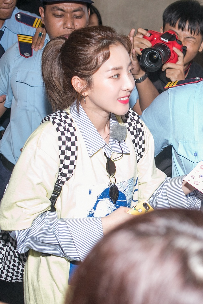 Dara (2NE1) tre trung bat ngo o tuoi 33, quay phim fan Viet o san bay hinh anh 5