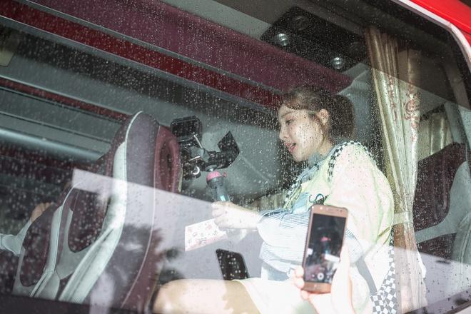 Dara (2NE1) tre trung bat ngo o tuoi 33, quay phim fan Viet o san bay hinh anh 7