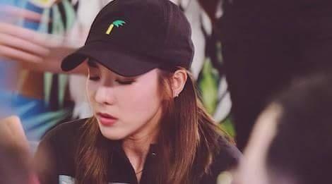 Dara (2NE1) ngoi uong bia, an vat via he o Sai Gon hinh anh