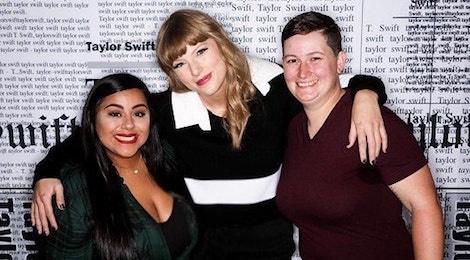 Taylor Swift vui mung gap lai cap dong tinh nu duoc co tac thanh hinh anh