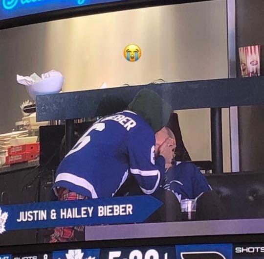 Justin Bieber hon vo dam duoi tren san bong hinh anh 1