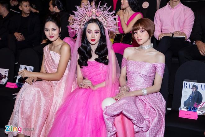 Phuong Trinh doi vuong mien, Ky Duyen goi cam o show thoi trang hinh anh 3