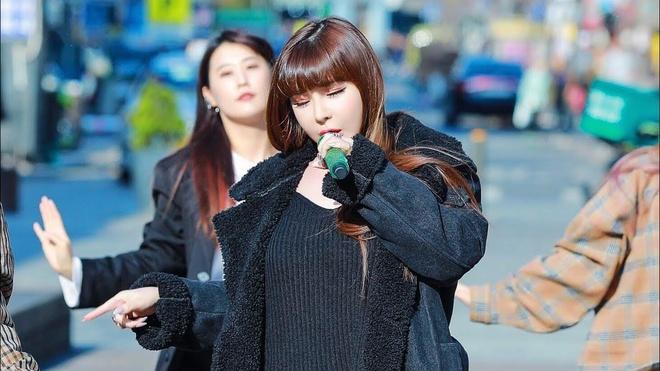 Park Bom lo giong hat nhieu han che khi bieu dien tren duong pho hinh anh 1