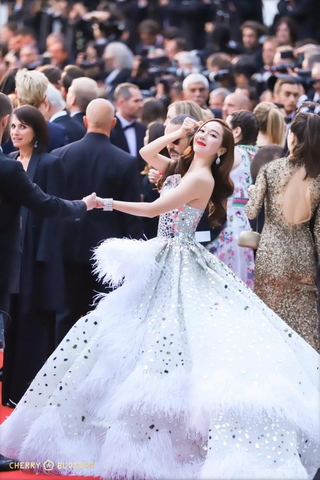Jessica Jung mac vay cong kenh, suyt nga khi di tham do Cannes 2019 hinh anh 5