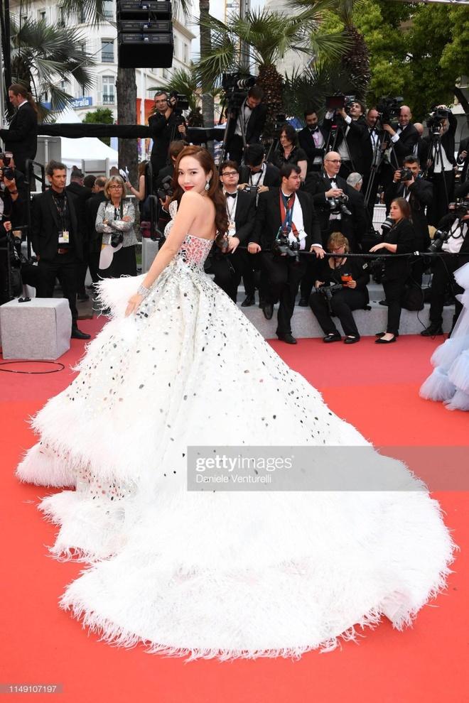 Jessica Jung mac vay cong kenh, suyt nga khi di tham do Cannes 2019 hinh anh 7