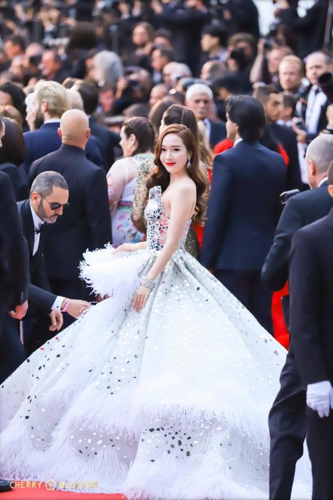 Jessica Jung mac vay cong kenh, suyt nga khi di tham do Cannes 2019 hinh anh 4