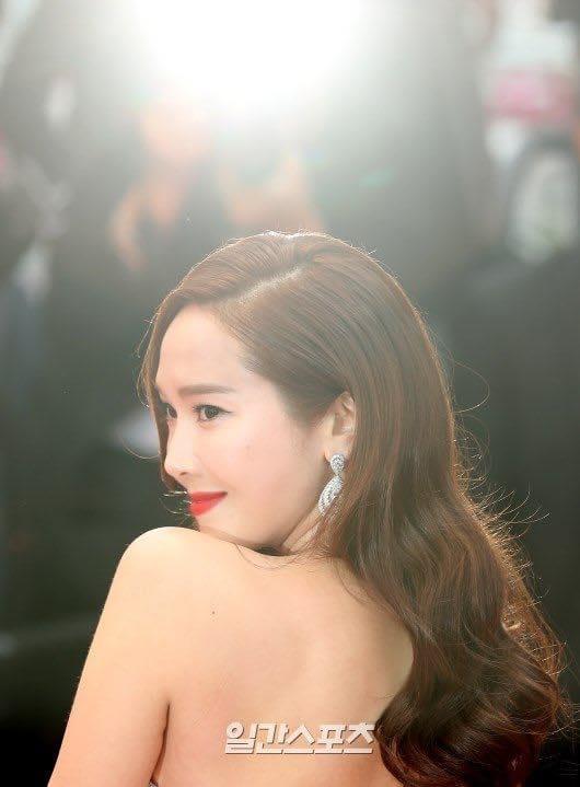 Jessica Jung mac vay cong kenh, suyt nga khi di tham do Cannes 2019 hinh anh 2