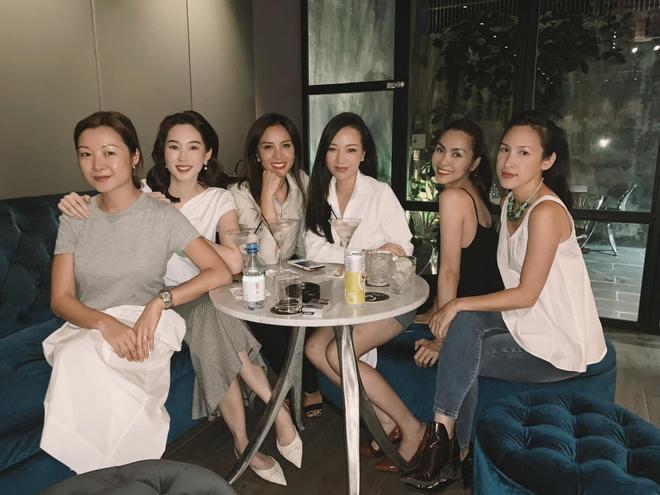 Tăng Thanh Hà và Đặng Thu Thảo đọ sắc trong bức ảnh chụp nhóm bạn thân