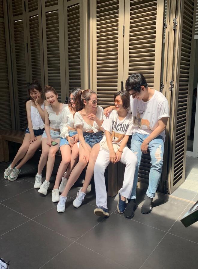 Ban gai Duong Khac Linh khoe dang nong bong khi du lich cung ban than hinh anh 7