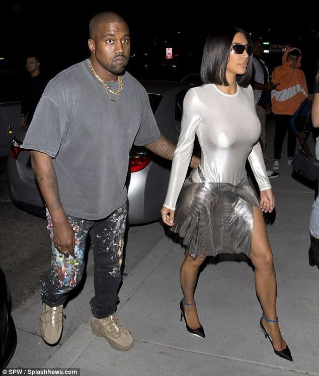 10 lan Kim Kardashian gay soc vi khong mac noi y xuong pho hinh anh 4
