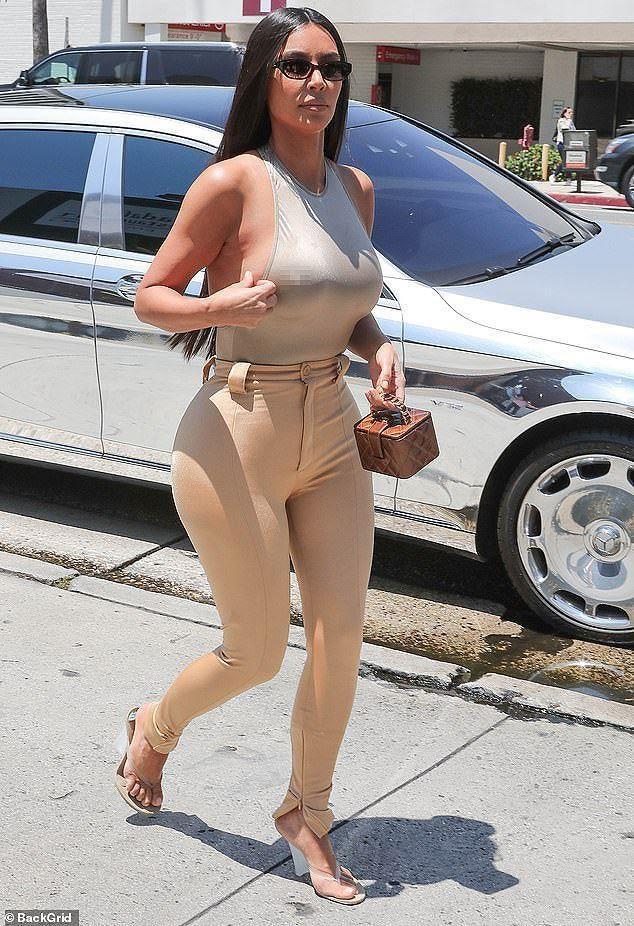 10 lan Kim Kardashian gay soc vi khong mac noi y xuong pho hinh anh 1