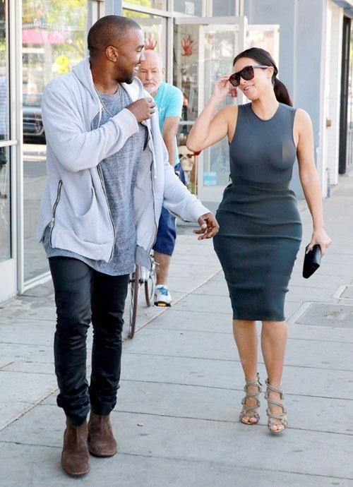 10 lan Kim Kardashian gay soc vi khong mac noi y xuong pho hinh anh 5