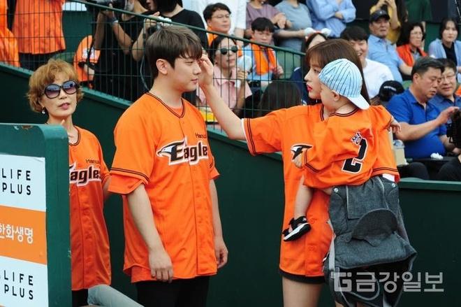 Cặp vợ chồng trẻ nhất Kpop hôn nhau giữa chốn đông người