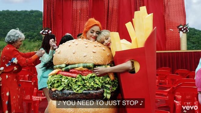 Katy Perry om chat Taylor Swift trong MV moi sau 6 nam bat hoa hinh anh 3