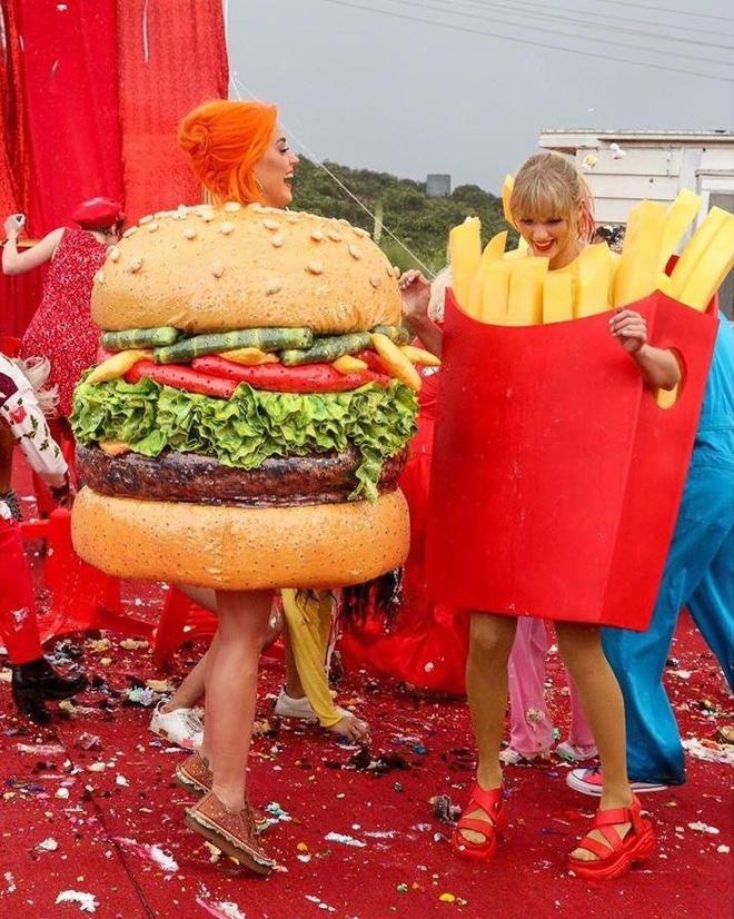 Katy Perry om chat Taylor Swift trong MV moi sau 6 nam bat hoa hinh anh 5