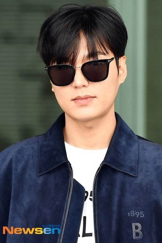 Lee Min Ho xuat hien dien trai tai san bay sau khi bi che vi tang can hinh anh 1