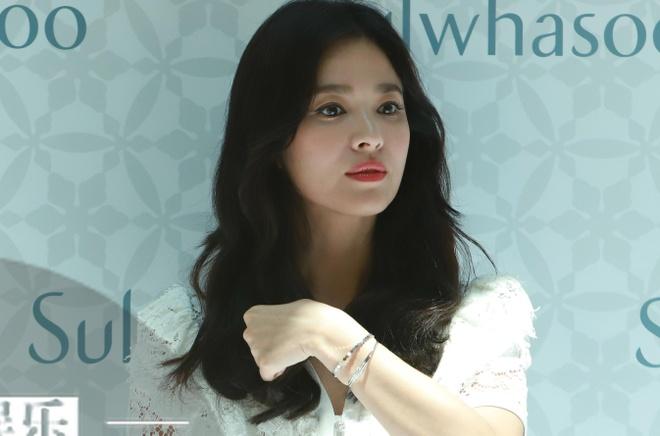 Song Hye Kyo trong gay go, met moi xuat hien sau ly hon Song Joong Ki hinh anh 2