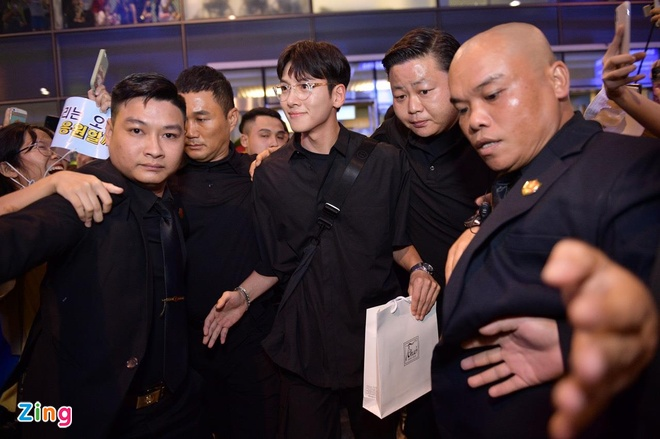 Ji Chang Wook cuoi vui ve, Super Junior ket giua vong vay cua fan Viet hinh anh 5