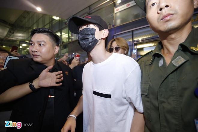 Ji Chang Wook cuoi vui ve, Super Junior ket giua vong vay cua fan Viet hinh anh 6