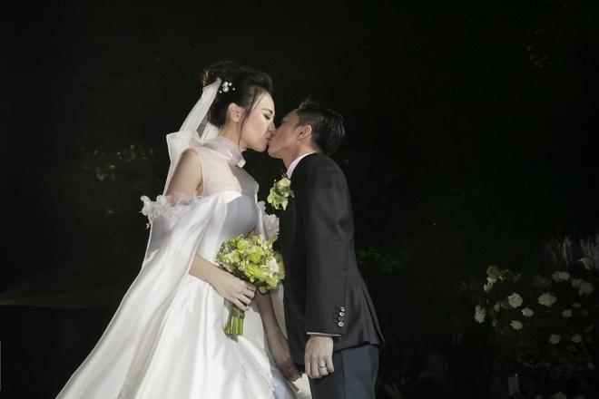 Dam Thu Trang thay 3 bo vay, hon Cuong Do La say dam tren san khau hinh anh 6