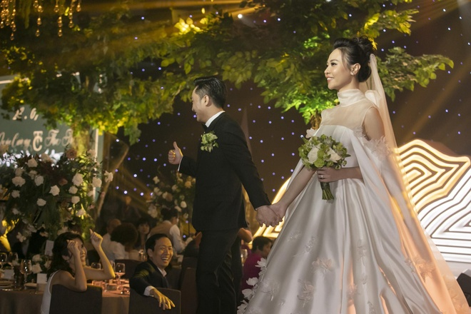 Dam Thu Trang thay 3 bo vay, hon Cuong Do La say dam tren san khau hinh anh 7