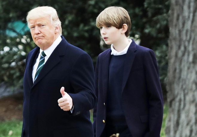 Barron Trump cao vuot troi ban be khi di tap bong da hinh anh 11