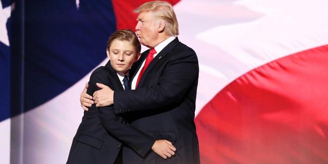 Barron Trump cao vuot troi ban be khi di tap bong da hinh anh 12