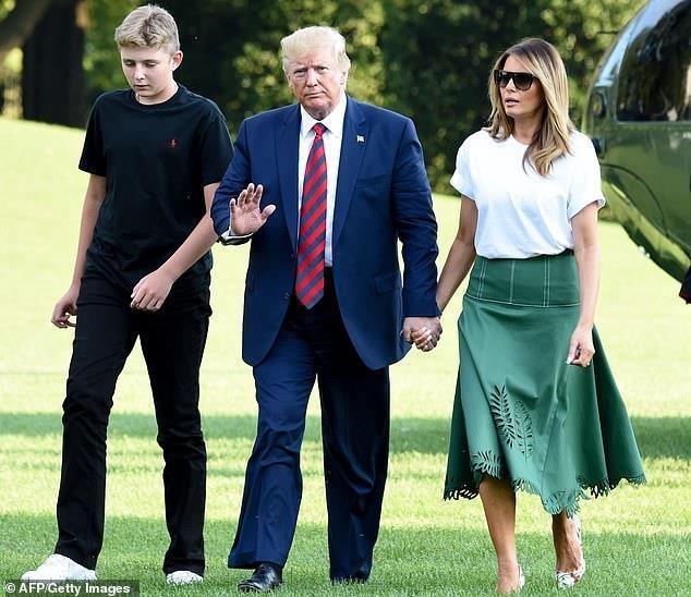 Barron Trump cao vuot troi ban be khi di tap bong da hinh anh 8