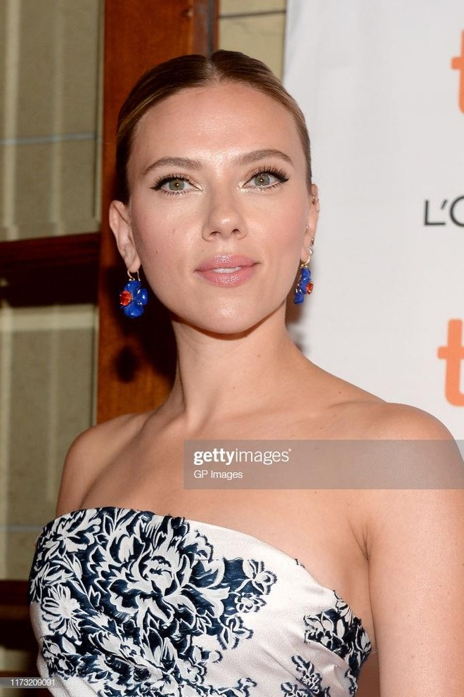 Scarlett Johansson gợi cảm, Kristen Stewart già nua trên thảm đỏ