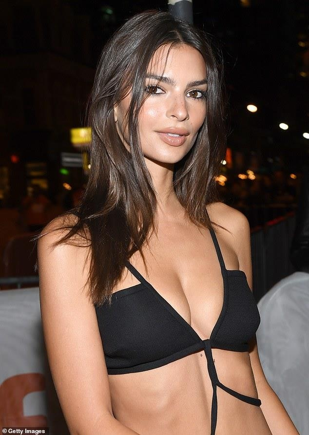 Nữ người mẫu mặc váy cắt xẻ không nội y trên thảm đỏ