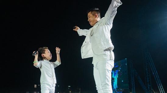 Tuan Hung song ca 'Tim lai bau troi' cung con trai 5 tuoi hinh anh