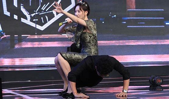 Tran Thanh nga xuong san san khau khi bi Hari Won ngoi len lung hinh anh