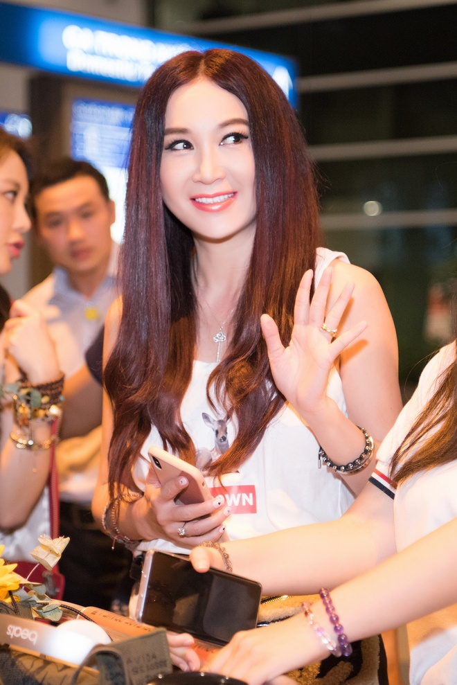 On Bich Ha khoe sac voc o tuoi 53 tai san bay Tan Son Nhat hinh anh 4