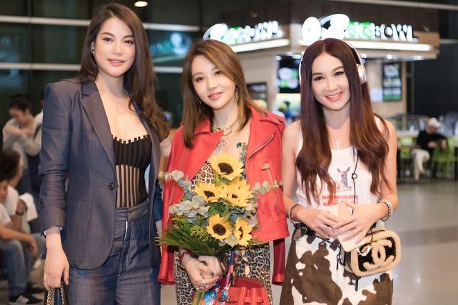 On Bich Ha khoe sac voc o tuoi 53 tai san bay Tan Son Nhat hinh anh 2