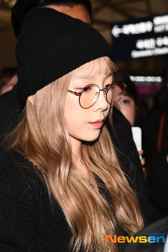 Tae Yeon lộ vẻ mặt buồn tại sân bay sau sự ra đi của Sulli