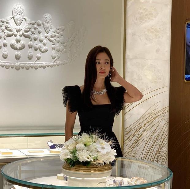 Song Hye Kyo khong huy du su kien de tuong nho Sulli nhu tuyen bo hinh anh 1