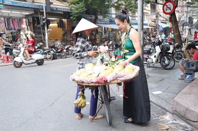 Angela Phuong Trinh mac ao yem, an hang rong o Ha Noi hinh anh 2