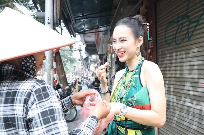 Angela Phuong Trinh mac ao yem, an hang rong o Ha Noi hinh anh 1