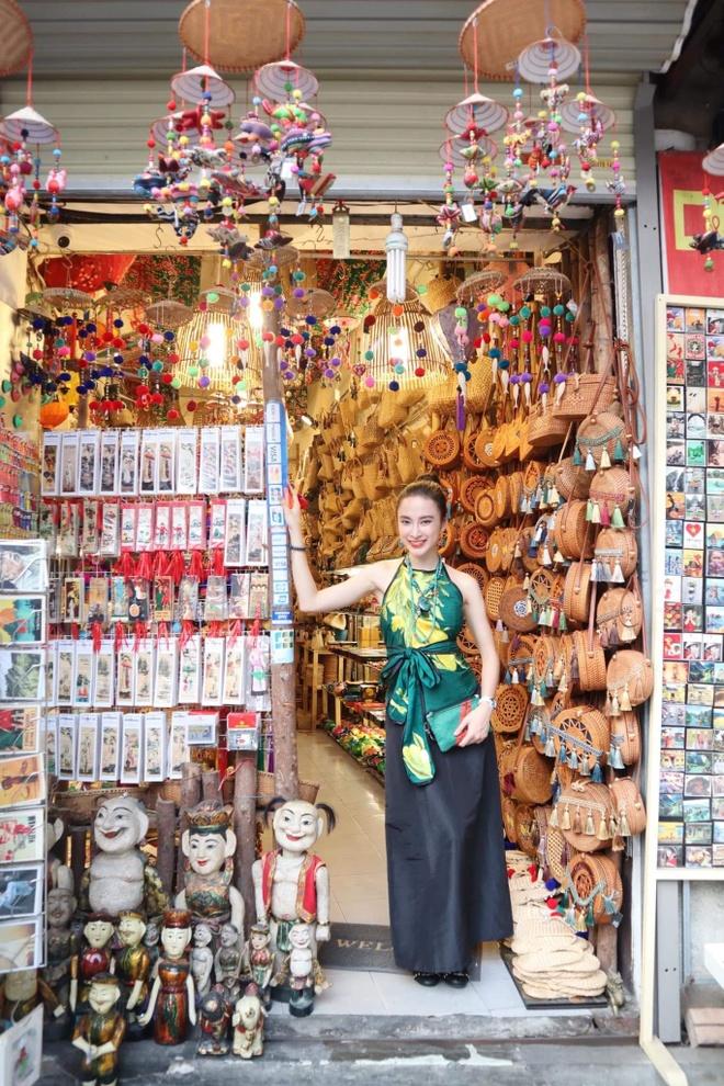 Angela Phuong Trinh mac ao yem, an hang rong o Ha Noi hinh anh 3