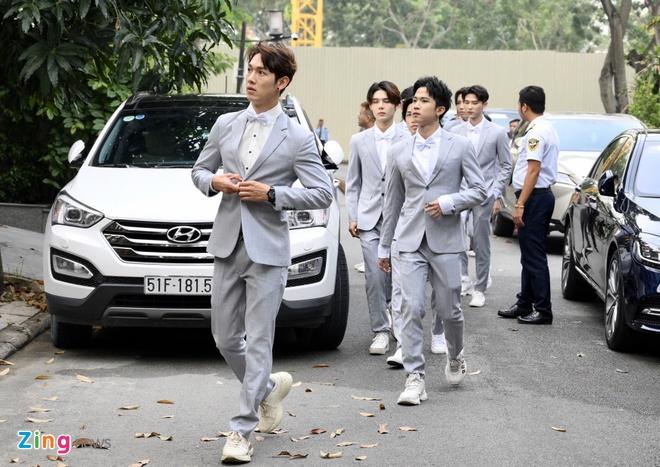 Dong Nhi - Ong Cao Thang dieu hanh bang xe mui tran o dam hoi hinh anh 7