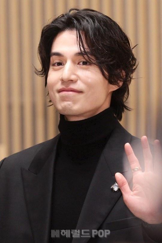Lee Dong Wook khoac vai khien sao nu nguong ngung hinh anh 2